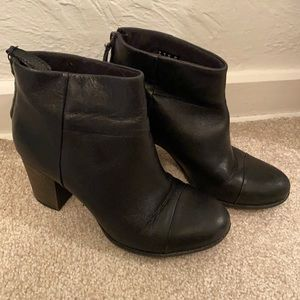 CLARKS women's black leather ankle bootie